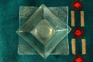 Geenart Nagel. Klaasist taldrikud 12 x 12 cm ja 16 x 16 cm. Hinnad 15.- ja 20.-